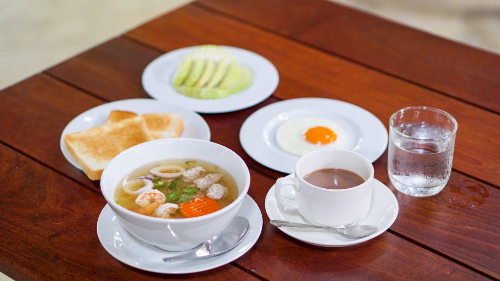 อาหารเช้าแบบไทย บ้านศิริพร รีสอร์ท สมุทรสงคราม อัมพวา