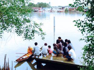 กิจกรรม ตักบาตร ริมน้ำ ทางเรือ