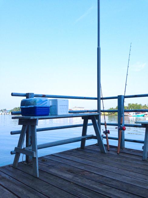 สะพาน นั่งตกปลา ริมแม่น้ำแม่กลอง