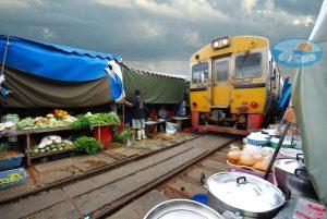 ตลาดร่มหุบ (Maeklong Railway Market)